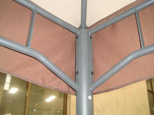 Zesílená kovová konstrukce zahradního altánu
